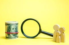 Семья стоит около денег и лупы Концепция обнаружения денег и вклада или рекламодателя Найдите работа Социальная помощь стоковое изображение