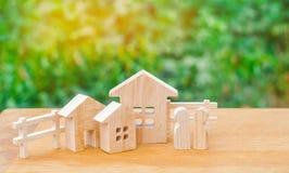 Семья стоит около их дома имущество принципиальной схемы реальное покупающ, продавать, арендуя дом Свойство insurance доступное h стоковое изображение rf