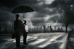 Семья стоя на 2017 с штормом кризиса Стоковые Фотографии RF