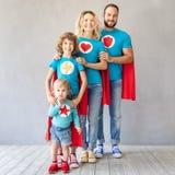 Семья супергероев играя дома стоковые изображения