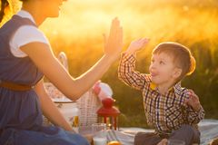 семья счастливая Беременная мать и маленький сын на пикнике Концепция образа жизни и детства Стоковые Изображения RF
