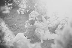 семья счастливая Будьте матерью играть с дочерью и сыном в саде лета Стоковое фото RF