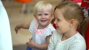 семья счастливая День покупок современной семьи 2 девушки едут привлекательность в торговом центре детская игра в моле мило акции видеоматериалы