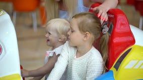 семья счастливая День покупок современной семьи 2 девушки едут привлекательность в торговом центре детская игра в моле мило сток-видео