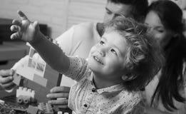 семья счастливая Мальчик играя игрушки в живущей комнате с отцом и матерью Стоковое Изображение