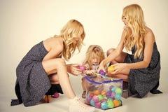 семья счастливая Мальчик ребенка малые и женщины близнецов, родственники Стоковые Фотографии RF