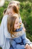 семья счастливая мать лета девушки ребенка много детей и 3 дочерей outdoors стоковые изображения