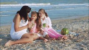 семья счастливая Мать, самая молодая дочь и 17-год-старая дочь с Синдромом Дауна видеоматериал