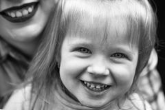 семья счастливая Счастливая мать с маленькой девочкой Стоковые Фотографии RF