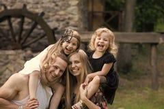 семья счастливая Мельница посещения детей и родителей старая каменная Стоковые Изображения