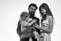 семья счастливая Счастливая молодая семья изолированная на белизне Стоковая Фотография