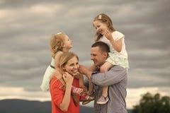 семья счастливая Счастливое детство, семья, влюбленность Стоковое Изображение