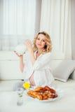 семья счастливая Беременная женщина молоко Стоковые Изображения