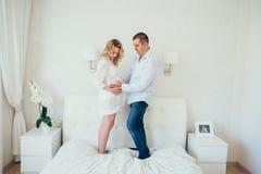 семья счастливая Беременная женщина Пара Стоковое Фото