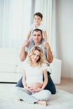 семья счастливая Беременная женщина Стоковая Фотография RF