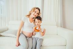 семья счастливая Беременная женщина Стоковые Изображения