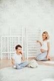 семья счастливая Беременная женщина Стоковые Изображения RF