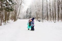 семья счастливая Девушка матери и ребенка на зиме идет в природу Стоковая Фотография