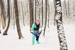 семья счастливая Девушка матери и ребенка на зиме идет в природу Стоковое фото RF