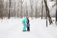 семья счастливая Девушка матери и ребенка на зиме идет в природу Стоковое Фото