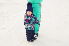 семья счастливая Девушка матери и ребенка на зиме идет в природу Стоковое Изображение