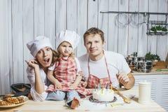 Мама н дочка и папа на кухне
