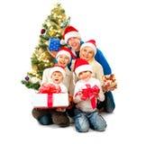 Семья счастливого рождеств с подарками на белизне Стоковые Изображения RF