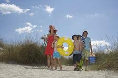 Семья с аксессуарами пляжа Стоковое Изображение RF