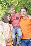Семья с беременной матерью в лете Стоковые Изображения