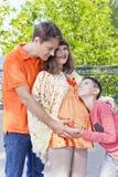 Семья с беременным отцом и сыном матери Стоковое фото RF