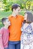 Семья с беременным отцом и сыном матери Стоковая Фотография RF