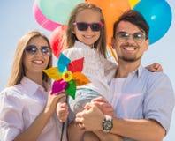 Семья с воздушными шарами outdoors Стоковое Изображение RF