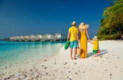 Семья с годовалым мальчиком 3 на пляже стоковые изображения