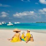 Семья с годовалым мальчиком 3 на пляже стоковые изображения rf