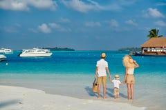 Семья с годовалым мальчиком 3 на пляже стоковые фото