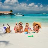 Семья с годовалым мальчиком 3 на пляже стоковые фотографии rf