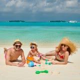 Семья с годовалым мальчиком 3 на пляже стоковое изображение