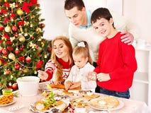 Семья с дет в кухне Xmas. Стоковые Фото