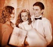 Семья с дет с коробкой подарка. Стоковое фото RF