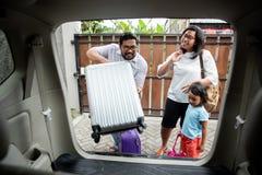 Семья с ее дочерью получая готовый для отключения праздника стоковые изображения