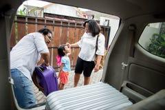 Семья с ее дочерью получая готовый для отключения праздника стоковое изображение
