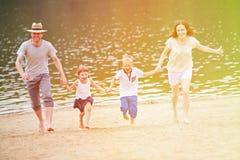 Семья с детьми в лете на пляже Стоковое Фото