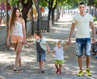 Семья с детьми в парке Стоковое фото RF