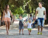 Семья с детьми в парке Стоковые Изображения RF