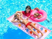 Семья в плавательном бассеине. Стоковые Фото