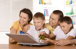 Семья с компьтер-книжкой Стоковые Изображения RF