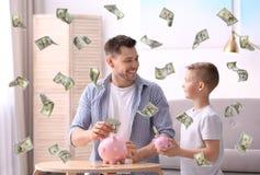 Семья с копилками и деньгами стоковое фото rf