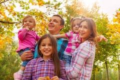 Семья с красивыми маленькими девочками в парке осени Стоковое Изображение