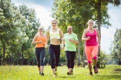Семья с личный jogging тренера фитнеса стоковая фотография rf