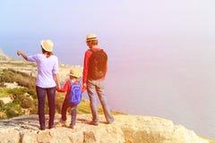 Семья с малым перемещением ребенк в сценарных горах Стоковые Изображения